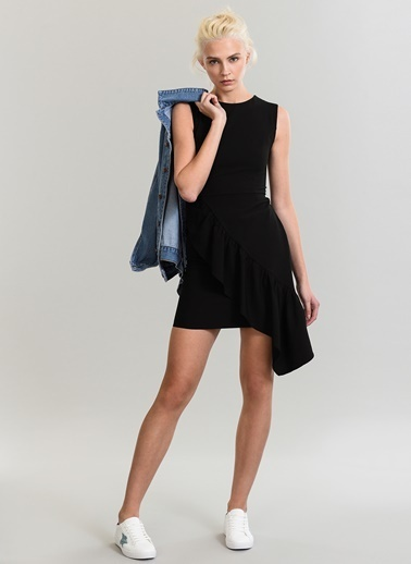 People By Fabrika Önü Volanlı Elbise Siyah